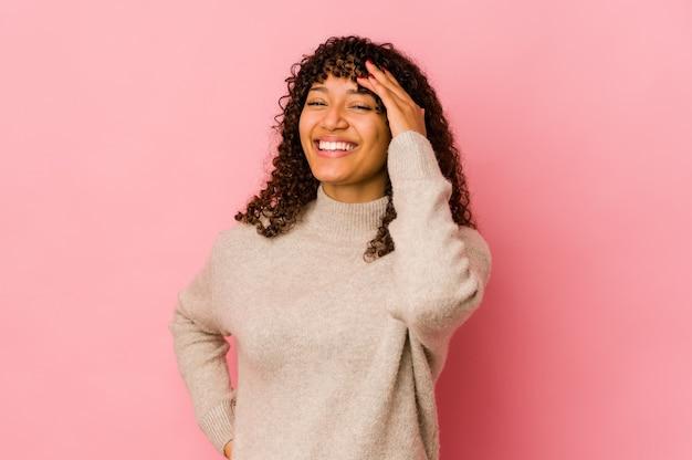 Młoda kobieta afro na białym tle radosny śmiech dużo. koncepcja szczęścia
