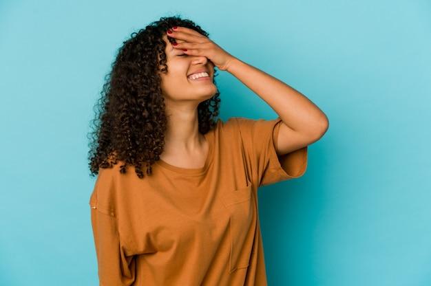 Młoda kobieta afroamerykanin kręcone na białym tle