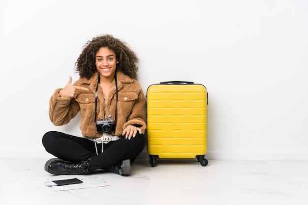 Młoda kobieta afroamerykanów gotowa do podróży