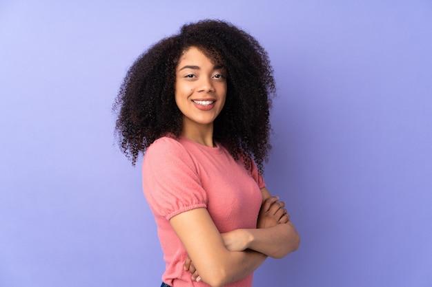 Młoda kobieta afroamerykanów na fioletowym tle z rękami skrzyżowanymi i nie mogę się doczekać