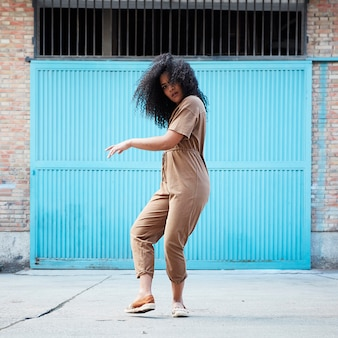 Młoda kobieta afroamerykanów taniec