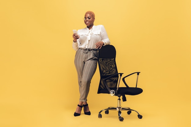 Młoda kobieta afroamerykanów w casual. pozytywna kobieca postać, plus rozmiar bizneswoman
