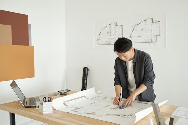 Młoda kobieta architekt rysunek szkic budowy