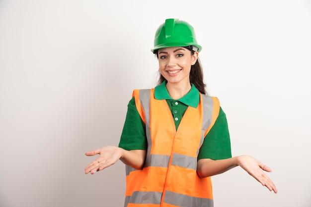 Młoda kobieta architekt w mundurze i hełmie. zdjęcie wysokiej jakości
