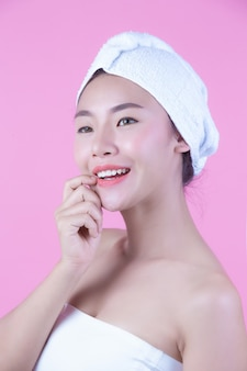 Młoda kobieta asia z czystym świeżym skóra dotyka swój twarz, ekspresyjni wyrazy twarzy, kosmetologia i zdrój.