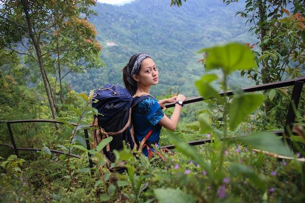 Młoda kobieta azjatyckich backpacker wspinaczka górska