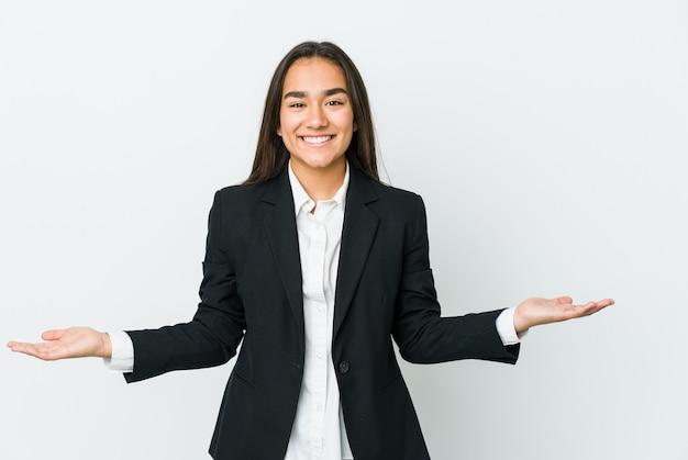 Młoda kobieta azjatyckich bussines na białym tle na białej ścianie przedstawiające mile widziane wypowiedzi