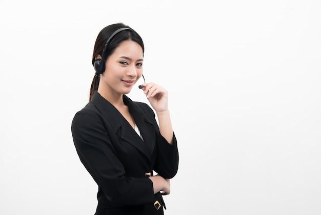 Młoda kobieta azjatyckich obsługi klienta telefonu w zestaw słuchawkowy, samodzielnie na białym tle.