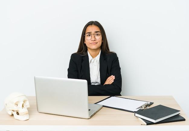 Młoda kobieta azjatyckich traumatologa na białym tle na białej ścianie niezadowolony z sarkastycznego wyrazu.