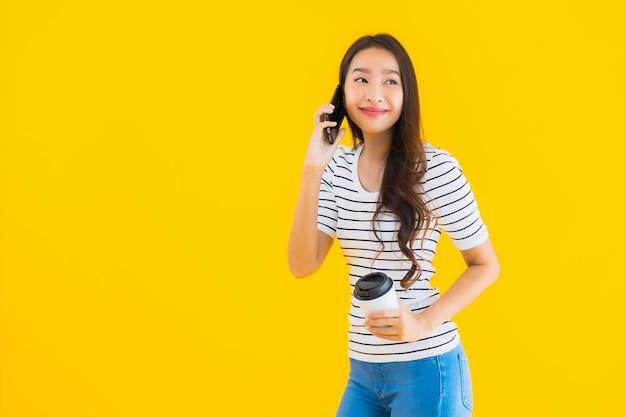 Młoda kobieta azjatyckich uśmiech szczęśliwy wykorzystanie inteligentnego telefonu komórkowego