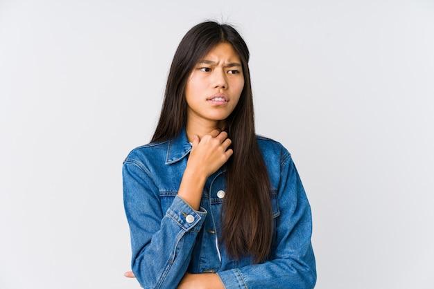 Młoda kobieta azji cierpi ból gardła z powodu wirusa lub infekcji.