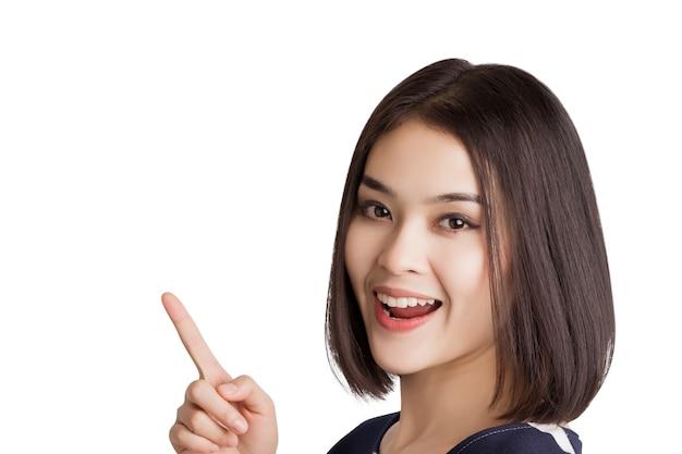 Młoda kobieta azji krótkie włosy, wskazując indeks wolnego miejsca na białym tle.