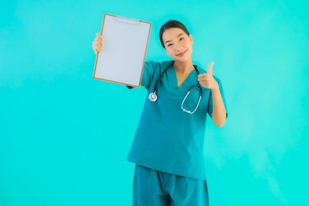 Młoda kobieta azji lekarz z pustym pokładzie papieru