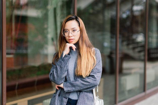 Młoda kobieta azji, portret smutnej twarzy w mieście wieczorem