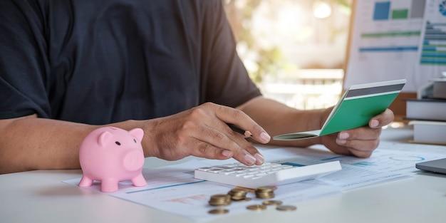 Młoda kobieta azji sprawdzanie rachunków, podatków, salda konta bankowego i obliczania kosztów karty kredytowej. koncepcja wydatków rodzinnych.