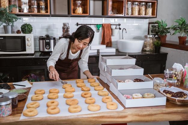 Młoda kobieta azji w nowoczesnej kuchni