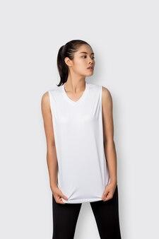 Młoda kobieta azji z odzież fitness na białym tle