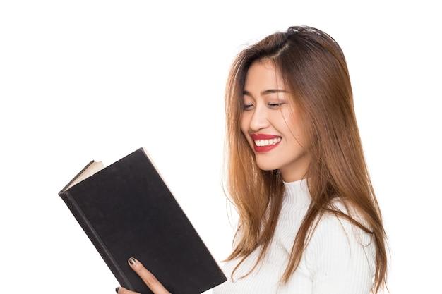 Młoda kobieta azji z uśmiechniętą buźkę ręką gospodarstwa książki na białym tle.