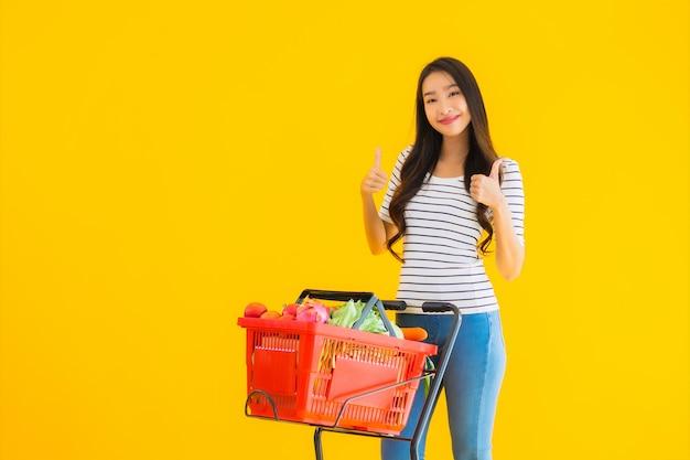 Młoda kobieta azji zakupy spożywcze z supermarketu i koszyka