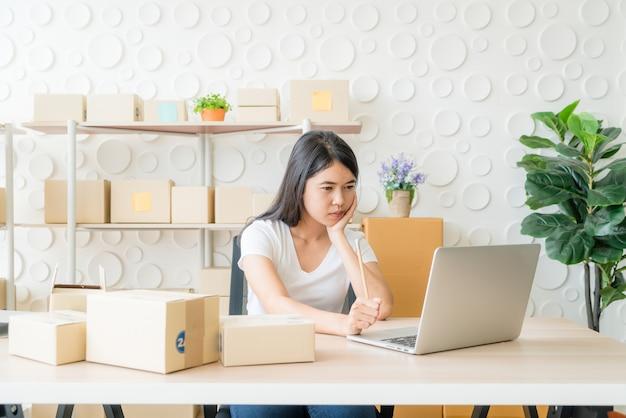 Młoda kobieta azji założyć właściciel małej firmy pracującej z cyfrowego tabletu w miejscu pracy.