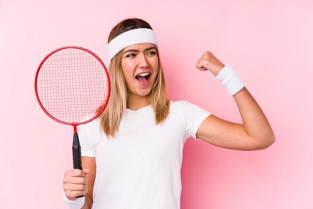 Młoda kobieta bawić się badminton odizolowywał dźwiganie pięść po zwycięstwa, zwycięzcy pojęcie.