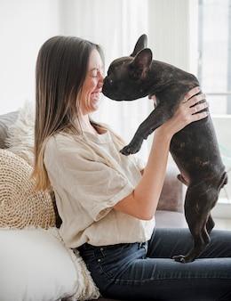 Młoda kobieta bawić się z jej psem