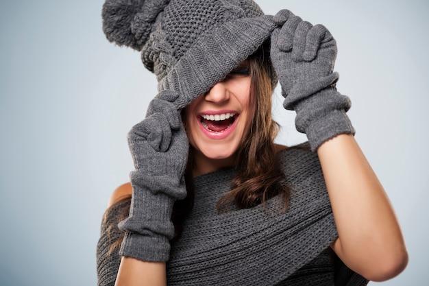 Młoda kobieta bawić się z zimową odzieżą