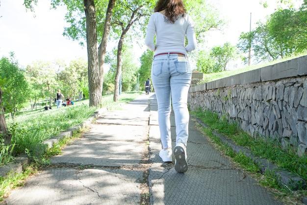 Młoda kobieta biegająca w parku