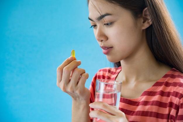 Młoda kobieta bierze medycyny pigułkę po doktorskiego rozkazu