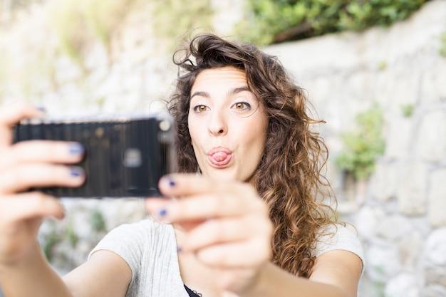Młoda kobieta bierze selfie