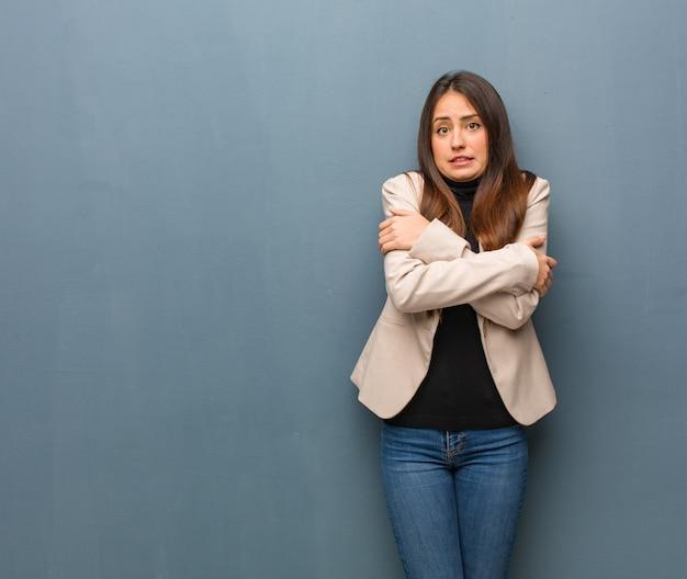 Młoda kobieta biznesu będzie zimno z powodu niskiej temperatury