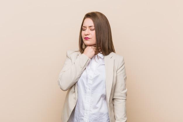 Młoda kobieta biznesu cierpi na ból gardła z powodu wirusa lub infekcji.