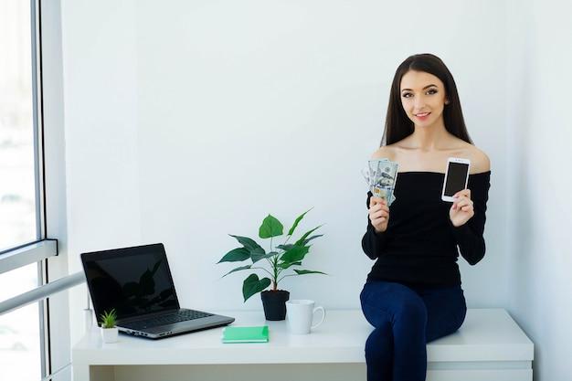 Młoda kobieta biznesu gospodarstwa w ręce telefon