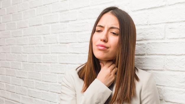 Młoda kobieta biznesu kaszel, chory z powodu wirusa lub infekcji