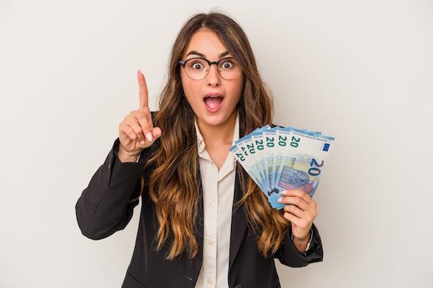 Młoda kobieta biznesu kaukaski gospodarstwa banknotów na białym tle o pomysł, koncepcja inspiracji.