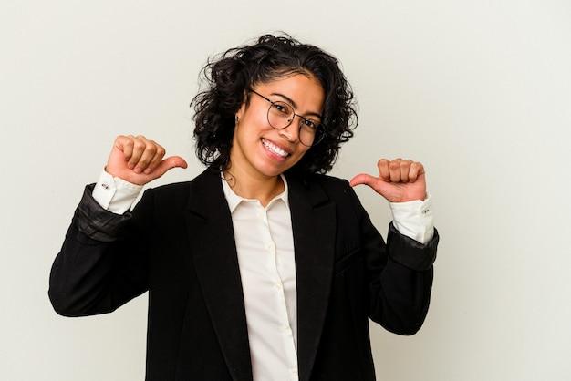 Młoda kobieta biznesu łacińskiego na białym tle czuje się dumna i pewna siebie, przykład do naśladowania.