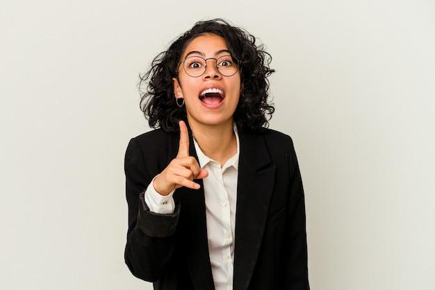 Młoda kobieta biznesu łacińskiego na białym tle o pomysł, koncepcja inspiracji.