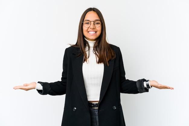 Młoda kobieta biznesu na białym tle na białej ścianie przedstawiający mile widziane wypowiedzi