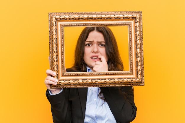 Młoda kobieta biznesu o dużych rozmiarach, z ramieniem obgryzającym paznokcie, nerwowa i bardzo niespokojna.