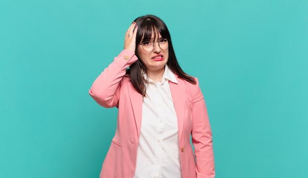 Młoda kobieta biznesu panikuje z powodu zapomnianego terminu, czuje się zestresowana, musi zatuszować bałagan lub błąd