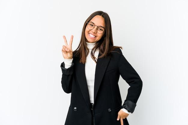 Młoda kobieta biznesu rasy mieszanej na białym pokazano numer dwa z palcami.