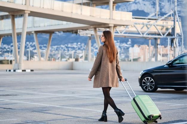 Młoda kobieta biznesu spaceru