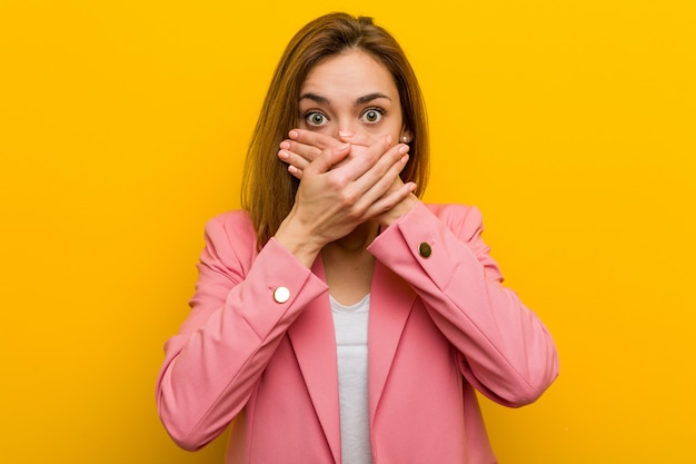 Młoda kobieta biznesu szokujące usta obejmujące ręce.
