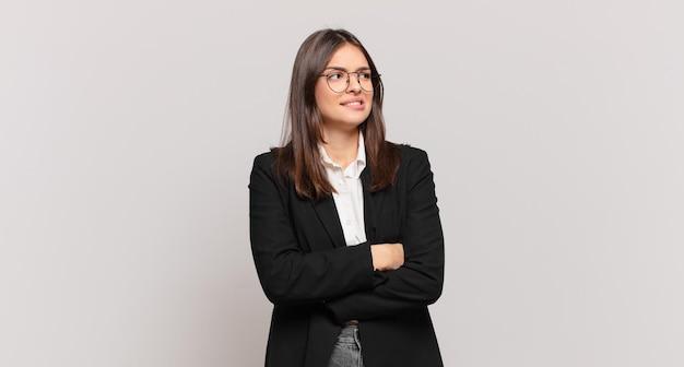 Młoda kobieta biznesu wątpi lub myśli, przygryza wargę i czuje się niepewnie i nerwowo, chcąc skopiować przestrzeń z boku