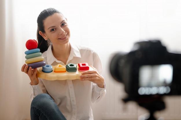 Młoda kobieta blogger z kamerą