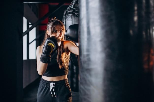 Młoda kobieta bokser trening na siłowni
