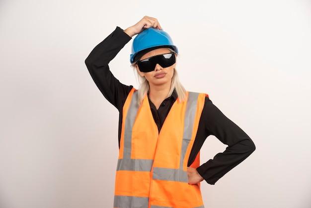 Młoda kobieta budowniczy pozowanie z gogle i kask. wysokiej jakości zdjęcie