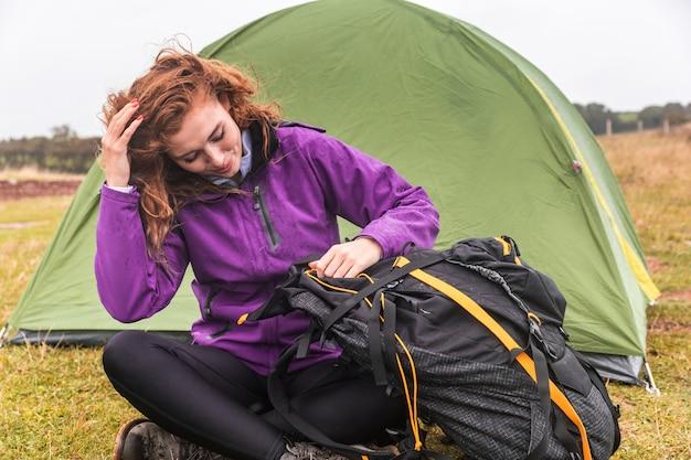 Młoda kobieta camping w pochmurny dzień w kornwalii