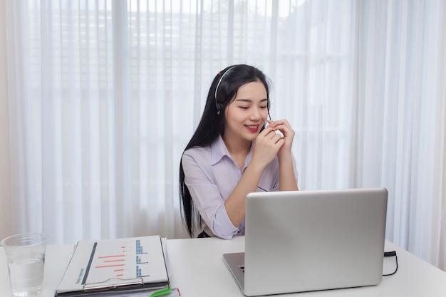 Młoda kobieta centrum telefoniczne operatora działanie w biurze. rozmowy konsultanta biura obsługi.