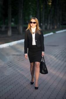 Młoda kobieta chodzenia